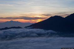 インドネシア、バリ島の活火山バトゥール山(1717m)
