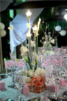 Centros de mesa con rosas rosadas, cartuchos, orquídeas y velitas. Romanticismo Rosa. Boda. #DecoraciónBoda #BodaRosa  Índigo Bodas y Eventos www.indigobodasyeventos.com