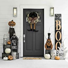 Halloween Front Porch Decor Ideas to Cast a Spooky Spell on the Trick-or-Tre. Halloween Front Porch Decor Ideas to Cast a Spooky Spell on the Trick-or-Treaters - Hike n Dip Halloween Veranda, Table Halloween, Farmhouse Halloween, Homemade Halloween Decorations, Halloween Mantel, Halloween Home Decor, Outdoor Halloween, Halloween Entryway, Halloween Wreaths