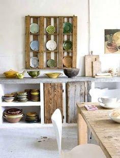 cocina rústica, mueble de obra, parcialmente abierto, con encimera de piedra y puertas de madera reutilizada, suelo de parquet pintado de blanco