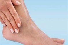 Θαυματουργή θεραπεία για βελούδινες φτέρνες Απαλά πόδια σε πέντε βήματα Αν τα πέλματά σας είναι ξερά, θέλετε να τα έχετε περιποιημένα και απαλά, αλλά μέχρ Homemade Foot Cream, Skin Problems, Doterra, Diet Tips, Body Care, Health And Beauty, Health Tips, Beauty Hacks, Remedies