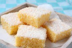 Der leckerer Kokoskuchen vom Blech ist im Handumdrehen gemacht. | Notiz: Chia-Gel statt Ei, Yofu statt Buttermilch, Hafersahne o.ä. statt Sahne...