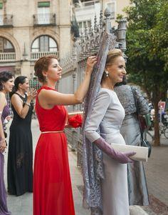 Elegantes invitada y madrina
