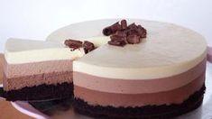 Bavarois aux 3 chocolats avec Thermomix,recette d'un délicieux entremet facile et simple à faire, à base d'une génoise au cacao une mousse au chocolat noir, une mousse au chocolat au lait et une mousse au chocolat blanc.