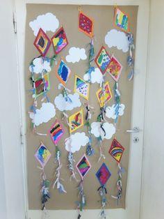 Πετάξτε τους χαρταετούς Δίνει σειρά η Αποκριά στην Καθαρή Δευτέρα, που λέει: « Τους χαρταετούς πετάξτε στον αέρα ». Απ... Snoopy, Kite, Hanukkah, Kindergarten, Crafts For Kids, Easter, Holiday Decor, Spring, Blog
