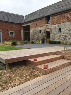 Conception et aménagement d'une terrasse contemporaine de cette jolie ferme: Terrasse en dalles XXL et en bois exotique IPE...