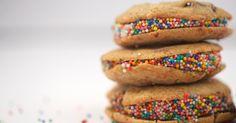 Duas delícias em uma: cookies recheados com brigadeiro. Clique no MAIS para ver…