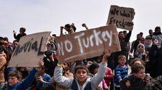 Die Vorbereitungen für die Abschiebung von Migranten aus Griechenland in die Türkei laufen. Morgen sollen bereits Hunderte von der EU-Grenzschutzagentur Frontex in zwei kleine türkische Städte gebracht werden. Sowohl in Griechenland als auch in der Türkei gibt es Proteste gegen die Pläne. Es werden Ausschreitungen befürchtet.