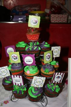 Mardi Gras cupcakes - Cupcakes in Rome at the Mardi Gras market - feb. Mardi Gras, Rome, Birthday Ideas, Cupcakes, Desserts, Cupcake, Deserts, Rum, Dessert