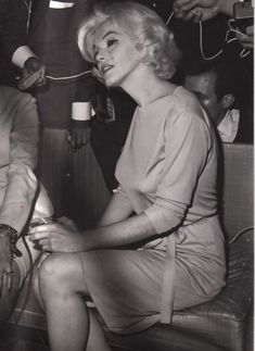 February Marilyn Monroe, wearing her favorite green dress designed by Pucci - visits the Hilton Hotel in Mexico for a press conference. Marilyn was very relaxed and happy during the press conference due to the amount of champagne she had been drinking. Marylin Monroe, Marilyn Monroe Photos, Joe Dimaggio, Classic Hollywood, Old Hollywood, Hollywood Actresses, Hollywood Glamour, Hollywood Stars, Carl Benz