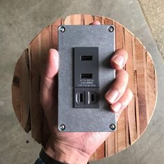 so-koさんはInstagramを利用しています:「. USB PORT & OUTLET インダストリアルスイッチの新作、USBとコンセントプレート。 弊社の手掛けたお家に取付け予定です。ボディは無塗装クリア仕上げ、渋いです〜◎ 取り付け後の写真はまた現場から届き次第ご紹介しますね。…」 Geek Stuff, Ldk, House Design, Architecture, Interior, Detail, Home Decor, Instagram, Environment
