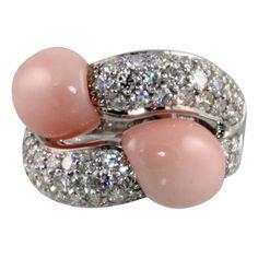 Découvrez un nos magnifiques colliers pierre de lune ! Vous découvrirez un grand nombre de colliers différent ! N'hésitez pas à venir jeter un coup d'oeil à notre boutique Pierre-lune.fr ! Vous ne serez pas déçue ! Coral Ring, Coral Jewelry, Diamond Jewelry, Fine Jewelry, Jewellery, Custom Jewelry, Vintage Jewelry, Bypass Ring, Pink Bling