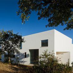 Près d'Odemira dans le sud du Portugal, l'agence Vitor Vilhena Architects a réalisé cette maison de béton blanc nichée au coeur de la nature.