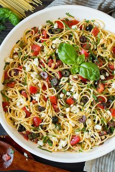 Garlicky Greek Spaghetti Toss - Made with tender spaghetti, fresh tomatoes, zesty olives, tangy feta, plenty of fresh herbs and finished with a robust garlicky olive oil. So delicious! Dog Recipes, Greek Recipes, Cooking Recipes, Healthy Recipes, Greek Spaghetti, Spaghetti Salad, Spaghetti Squash, Pasta Dishes, Food Dishes
