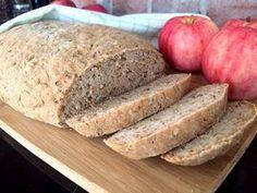 Saftigt och rustikt naturligt glutenfritt bröd bakat på näringsrikt durramjöl. Med äpple och kanel i degen sprider sig en härlig doft av äppelpaj i köket under gräddningen. Foods With Gluten, No Bake Desserts, Bread Baking, Lchf, Gluten Free, Yummy Food, Breakfast, Recipes, Apples