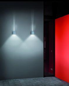 Wandlamp voor buiten IP 54.  2 x 3w LED  warm wit.  Lichtbundel is onder en boven regelbaar.  Armatuur te verkrijgen in mat wit, zilvergrijs en grafit.  CN  113021-022-023