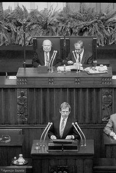 Jedno z najważniejszych wydarzeń sejmowych w 1990 roku - przemówienie prezydenta Czechosłowacji Vaclava Havla (pierwszego prezydenta Czech) w obecności prezydenta RP Wojciecha Jaruzelskiego, marszałka Sejmu Mikołaja Kozakiewicza i marszałka Senatu Andrzeja Stelmachowskiego.