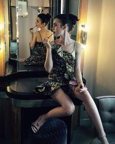 いいね!399.9千件、コメント770件 ― Lily Collinsさん(@lilyjcollins)のInstagramアカウント: 「Managing my makeup in @AlexanderMcqueen...」