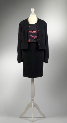Chanel Auktion Lot 51: Dreiteiliges Kostüm aus der Spring Collection 1996, Größe 34/36. Mehr Details auf der Website