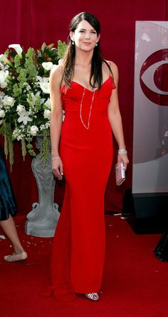 Lauren Graham Photos - Actress Lauren Graham arrives at the Annual Emmy Awards held at the Shrine Auditorium on September 2005 in Los Angeles, California. Gilmore Girls, Lorelai Gilmore, Lauren Graham, Girls Rules, Red Carpet Looks, Star Fashion, Girl Photos, Lady In Red, Dress To Impress