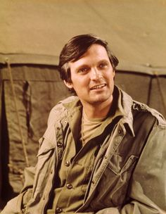 Alan Alda as Hawkeye Pierce. Just as good today as before. This was one of the best TV series to come out of USA. Alan Alda Mash, Sean Leonard, Tv Doctors, Old Tv Shows, Hawkeye, Classic Tv, Famous Faces, Famous Men, Writers