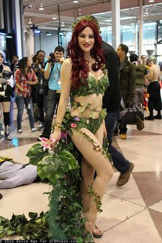 Poison Ivy photo-bombed by dead guy. View more EPIC cosplay at http://pinterest.com/SuburbanFandom/cosplay/