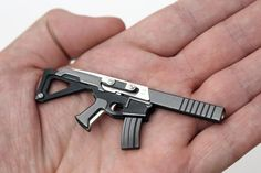 On the surface, Puna Knife seems to be a very small and compact rifle model, but it is actually a multifunctional combination tool which is brought by the London design team 3Coil : It is called Puna Knife, combined and disguised by a variety of practical daily tools.     The most important small tool is the knife that is generally sharp as a scalpel.