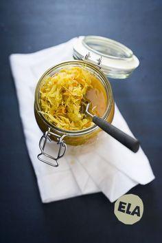 Isa´s Currykraut. Ein Sauerkraut, wie ihr es noch nicht gegessen habt. Knackig, würzig, frisch. Und so gesund! Einfach im Bügelglas angesetzt. Guten Hunger!