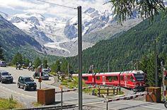 Bernina-Bahn mit Blick auf Bernina-Massiv - copyright pixabay / hpgruesen