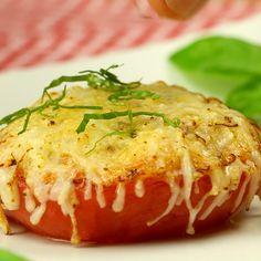 Du suchst ein schnelles, einfaches Rezept zum Mittagessen oder Abendessen? Dann probier doch mal unsere Parmesan-Tomaten. #rezepte #kochen #tomaten #käse #überbacken