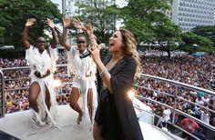 24.jan.2016 - A festa dos 462 anos de São Paulo começou neste domingo (24), na véspera da data comemorativa, com um show de Daniela Mercury. A cantora baiana percorreu a Avenida Faria Lima em cima de um trio elétrico arrastando uma verdadeira multidão