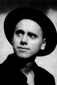 ( portret ) Fotograaf Anton Corbijn 1988 // de manier waarop hij wegkijkt. //                                                                                                                                                      More