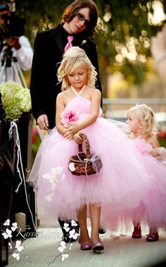 Flowergirls in pink tulle dresses