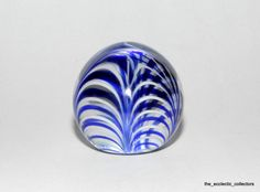$35.....Vtg MMA Metropolitan Museum of Art Blue and White American Glass Paperweight