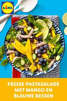 Frisse volkorenpastasalade met mango, blauwe bessen, limoen, groene kruiden en snackkomkommer. Good Healthy Recipes, Veggie Recipes, Salad Recipes, Vegetarian Recipes, Snack Recipes, Lidl, Vegan Meal Plans, Happy Foods, Food Hacks