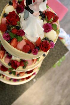 2d2ca63ddc56 Denne bryllupskage består af en luftig vaniljebund