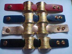 Bracelete em couro, com botão de pressão e peça de metal dourado. Peça perfeita para incrementar seu visual e deixá-lo mais fashion. Disponível nas cores vermelho, dourado, marinho e preto.  >O produto pode apresentar diferenças da imagem. R$ 17,90