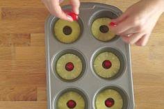 Dajte ananás do formy na muffíny, do stredu položte čerešňu a potom uvidíte. Fantázia Food Humor, Funny Food, Beignets, Pudding, Baking, Recipes, Portugal, Crochet Batwing Tops, Pineapple
