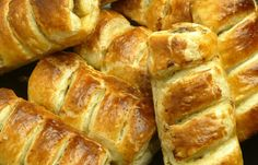 Sausage Rolls: Looking for a great appetizer for your New Years Party? These Irish Sausage Rolls make PLENTY and you know exactly whats in them. Make them into large rolls or cut them up before baking for bite sized appetizers! Bite Size Appetizers, Great Appetizers, Irish Sausage, Irish Dinner, Great Recipes, Favorite Recipes, Best Curry, Cooking Recipes, Healthy Recipes