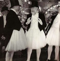 No info on event or photographer. Photo from Moulin Rouge set. Vintage Versace, Vintage Dior, Mode Vintage, Vintage Vogue, Vintage Glamour, Retro Vintage, Vintage Pictures, Vintage Images, Halloween Kostüm