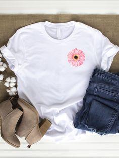 Flora Furora - für mehr Blumen im Leben !  T-Shirt mit rosa Gerbera Aufdruck: Gerbera sind ein Zeichen für Positivität und Reinheit. Bei deinem Herzen getragen strahlst du immer das Positive und viel Freude aus. Sie erinnert dich daran, dass du in Allem das Gute sehen kannst. Die rosa Blüte ist auf weißen, grauen, oder schwarzen Shirt´s hübsch anzusehen... Mit diesem Shirt nimmst du jeden mit in die Natur. Tragen kannst du es sowohl in deiner Freizeit als auch bei deiner nächsten Yoga… Geile T-shirts, Pink Gerbera, Latest T Shirt, Unisex, Flower Fashion, Cool T Shirts, Organic Cotton, Women's Clothing, Flora