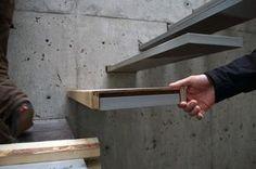 Escada de metal revestida em piso laminado