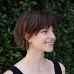 Swipe to see the versatility of this modern French Bob 😎 What do you like best: behind the ear tuck or sweepy piece by the lips? Asian Short Hair, Short Hair With Bangs, Short Hair Cuts, Short Bob With Fringe, Short Bob Thick Hair, Short Bob Bangs, Long Curly, Short Hairstyles For Women, Hairstyles With Bangs