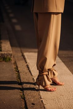 The best street style at Milan Fashion Week autumn/winter - Vogue Australia Basic Fashion, Punk Fashion, Grunge Fashion, Fashion Outfits, High Street Fashion, 60s Fashion Trends, Look Street Style, Man Dressing Style, Christian Louboutin Outlet