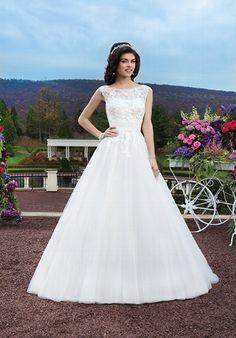Perlenverziehrtes elfenbeinfarbenes Hochzeitskleid im klassischen Ballkleid-Stil aus venezianischer Spitze mit einem Boot-Ausschnitt - von Sincerity