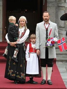 Dressed in the 'bunad' (traditional Norwegian costume) and stirring vigorously the flag, to the delight of those present, Crown Princess Mette-Marit had to pick up her son Prince Sverre, who was a little tired. Norwegian Clothing, Norwegian People, Norwegian Royalty, Casa Real, Elegant Bride, Bridal Crown, Folk Costume, People Of The World, Historical Clothing