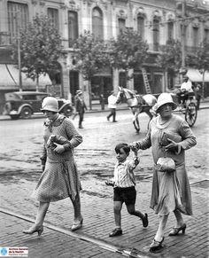 Grupo fotografiado en Santa Fe y Pueyrredón. Década de 1930. Paris, Couple Photos, Couples, Classic, Irene, Vintage, Retro, 1930s, Santa Fe