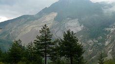 8)La 'ferita' sul Monte Toc : tutto quello che è in primo piano stava lassù!
