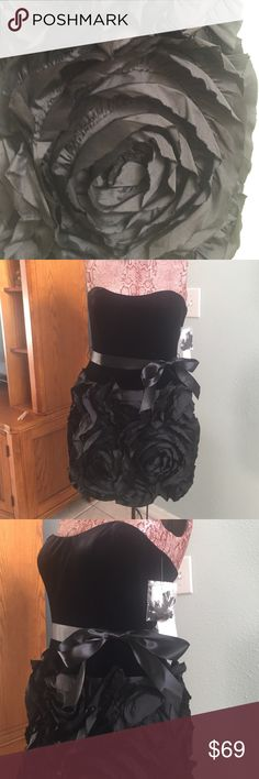 Gorgeous velvet LBD Adrianna Papell, Sz 12, black velvet sweetheart neckline party dress. Black ribbon belt, fabric 3-D roses swirled on the skirt, stunning, a show stopper. Can be worn strapless or comes with bra strap type straps. 29in in length. You know you need a standout dress for the upcoming holiday festivities. 🎄🎉 Adrianna Papell Dresses Strapless