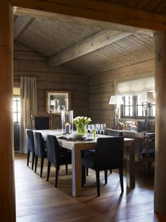 lots of wood accents highlights the country farmhouse rustic home decor Chalet Interior, Interior Exterior, Cabin Homes, Log Homes, Cabin Design, House Design, Rooms Ideas, Log Home Interiors, A Frame House